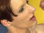 Corridas faciales sobre tías que se tragan esperma