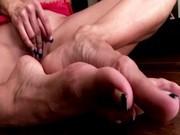 Chicas fetiches de los pies juegan con dildos